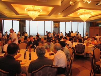 2年に1回ロイヤルパインズホテルで家族納涼会が行われています。 社員の家族の方も出席でき、2017年に行われた家族納涼会には117人の方が参加し 食事や抽選会など楽しいひと時を過ごしました。
